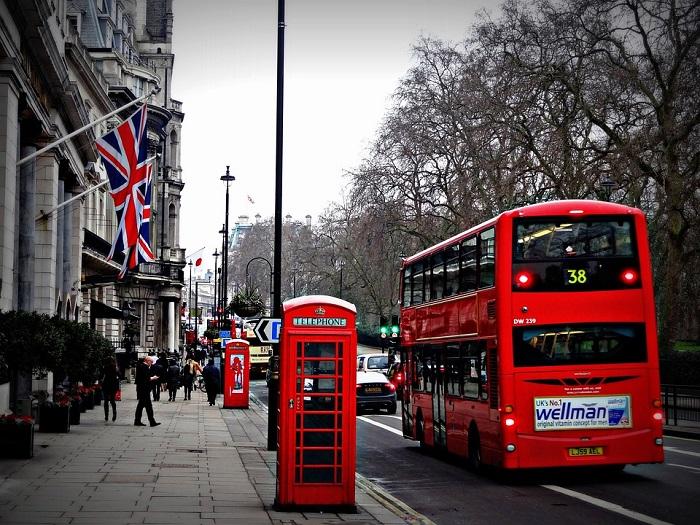 A cidade que possui mais acomodações listadas no Airbnb é Londres.