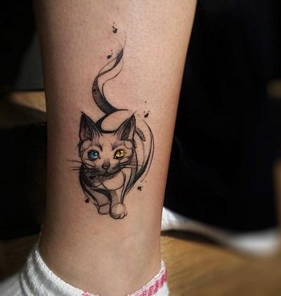 Tatuagem de gato feito de contornos pretos, com olhos coloridos