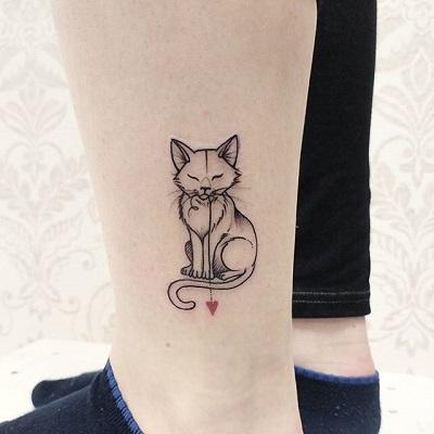 tatuagem de gato feita com linhas finas