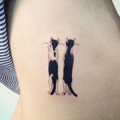tatuagem de dois gatos espiando