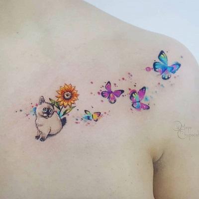 tatuagem de gato com flor e borboletas