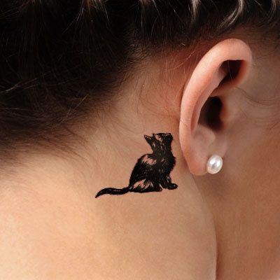 tatuagem atrás da orelha de gato preto