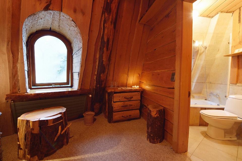 A arquitetura do Hotel Montaña Mágica parece ser a uma casa de luxo na árvore.