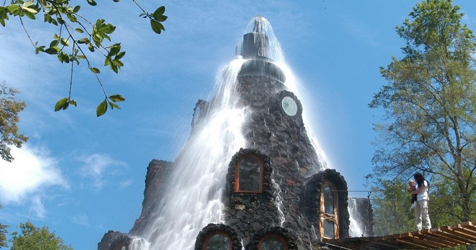 O Hotel Montaña Mágica tem sua própria cachoeira