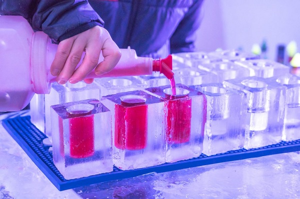 Drinks servidos em copos de gelo no Hotel de Glace.