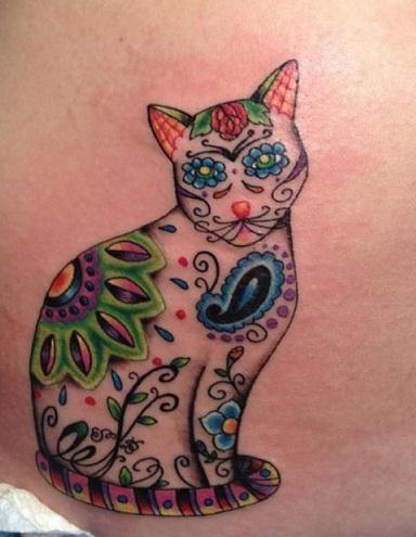 tatuagem de gato com estampa floral e contornos