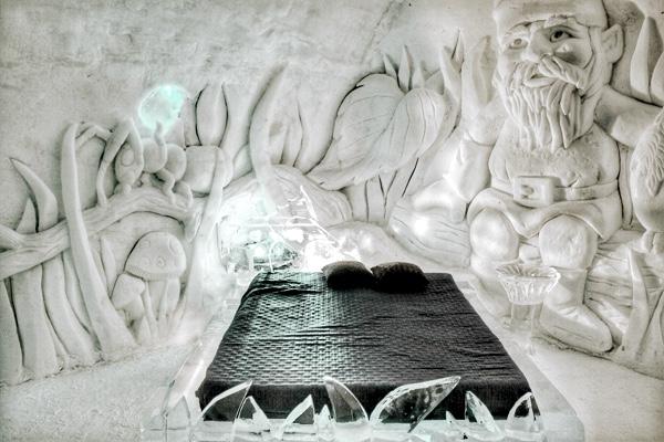 Escultura de gelo na parede do hotel de gelo.
